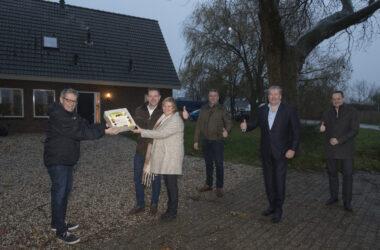 Maasbommel 30/11/2020 - UBR feliciteert mensen met het aanbieden van taart omdat zij als eerste zijn aangesloten op het glasvezelnetwerk - iov UBR UB Rivierenland - Foto Raphael Drent