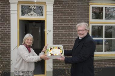 Tiel 03/03/2021 Eerste gebruiker van glasvezelnetwerk ontvangt een taart van wethouder Ben Brink - iov UBR - Foto Raphael Drent